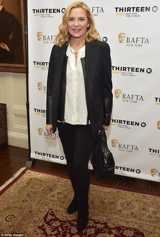 Cómo combinar: blazer negro, blusa de botones blanca, pantalones pitillo negros, botines de ante negros