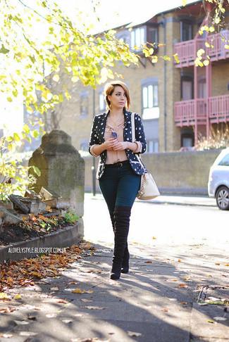 Cómo combinar un blazer con print de flores azul: Casa un blazer con print de flores azul con unos pantalones pitillo azules y te verás como todo un bombón. Botas sobre la rodilla de ante negras son una opción grandiosa para complementar tu atuendo.