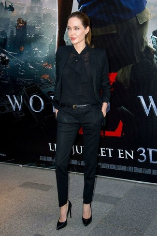 Look de Angelina Jolie: Blazer Negro, Blusa de Botones Negra, Pantalones Pitillo Negros, Zapatos de Tacón de Cuero Negros