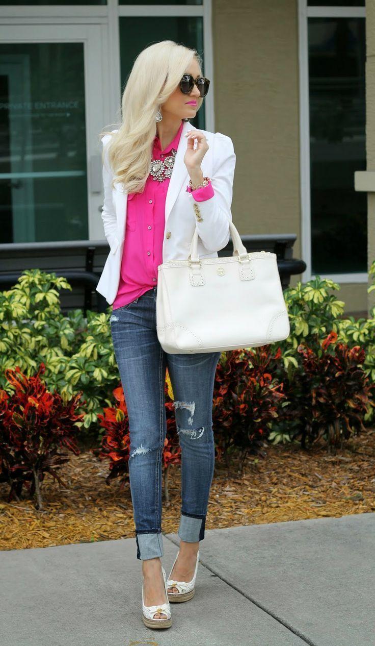 Look de moda Blazer Blanco, Blusa de Botones Rosa, Vaqueros Pitillo Desgastados Azul Marino, Alpargatas de Cuero Blancas