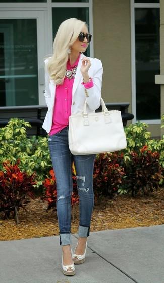 Cómo combinar: blazer blanco, blusa de botones rosa, vaqueros pitillo desgastados azul marino, alpargatas de cuero blancas