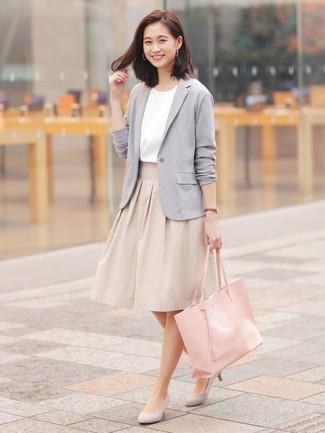 Cómo combinar: blazer de punto gris, blusa de manga corta blanca, falda campana en beige, zapatos de tacón de ante grises
