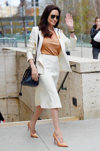 Cómo combinar: blazer blanco, blusa de manga corta marrón claro, falda lápiz blanca, zapatos de tacón de cuero marrón claro