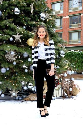 Cómo combinar un blazer: Un blazer y un pantalón de pinzas de terciopelo negro son el combo perfecto para llamar la atención por una buena razón. Zapatos de tacón de ante negros son una opción incomparable para complementar tu atuendo.