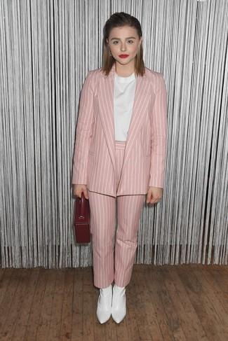 Cómo combinar: blazer de rayas verticales rosado, blusa de manga corta blanca, pantalón de pinzas de rayas verticales rosado, botines de cuero blancos