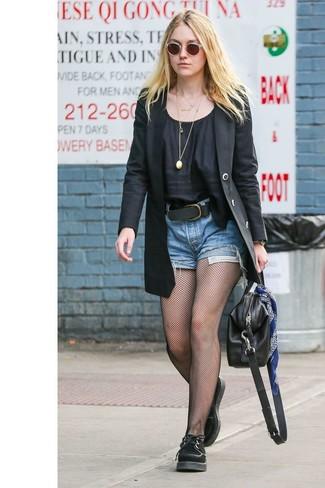 Cómo combinar: blazer negro, blusa de manga corta negra, pantalones cortos vaqueros azules, zapatos oxford de ante negros