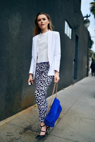 Cómo combinar: blazer blanco, blusa de manga corta blanca, pantalones pitillo de leopardo en blanco y negro, zapatos de tacón de cuero negros