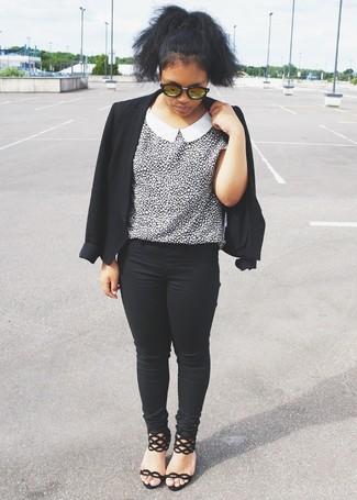 Cómo combinar: blazer negro, blusa de manga corta de leopardo en blanco y negro, vaqueros pitillo negros, sandalias de tacón de ante negras