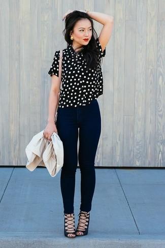 Cómo combinar: blazer en beige, blusa de manga corta a lunares en negro y blanco, vaqueros pitillo negros, sandalias romanas de ante negras