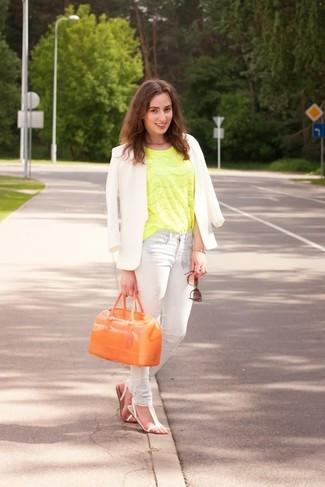 Cómo combinar: blazer blanco, blusa de manga corta de encaje en amarillo verdoso, vaqueros pitillo celestes, sandalias planas de cuero blancas