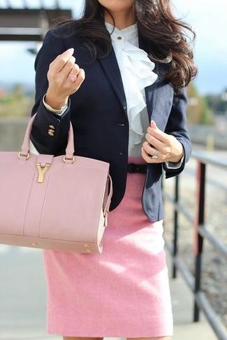 Cómo combinar: blazer negro, blusa de manga larga con volante blanca, falda lápiz rosada, bolsa tote de cuero rosada