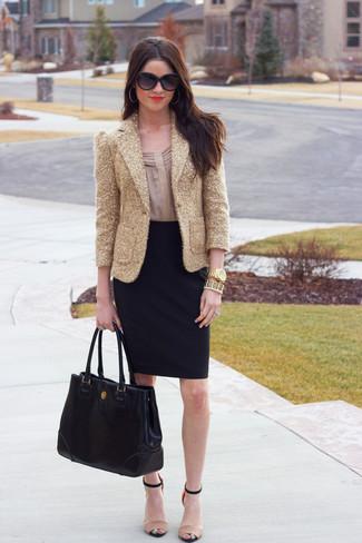 Cómo combinar una falda lápiz negra: Empareja un blazer de lentejuelas dorado con una falda lápiz negra para después del trabajo. Sandalias de tacón de cuero en beige son una opción grandiosa para complementar tu atuendo.