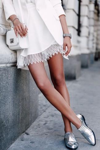 Cómo combinar: blazer blanco, blusa de manga larga de seda blanca, falda skater de encaje blanca, mocasín de cuero plateados