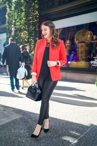 Cómo combinar: blazer rojo, blusa de manga larga a lunares negra, leggings de cuero negros, zapatos de tacón de ante negros