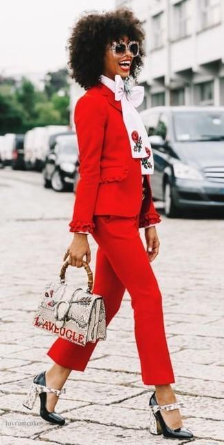 Cómo combinar: blazer rojo, blusa de manga larga blanca, pantalón capri rojo, zapatos de tacón de cuero negros
