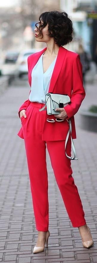 Cómo combinar: blazer rojo, blusa de manga larga celeste, pantalones anchos rojos, zapatos de tacón de cuero en beige