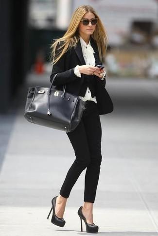 Cómo combinar: blazer negro, blusa de manga larga con volante blanca, pantalones pitillo negros, zapatos de tacón de cuero negros
