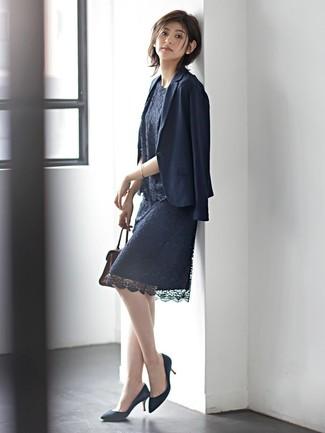 Cómo combinar: blazer azul marino, blusa sin mangas de encaje azul marino, falda lápiz de encaje azul marino, zapatos de tacón de ante azul marino