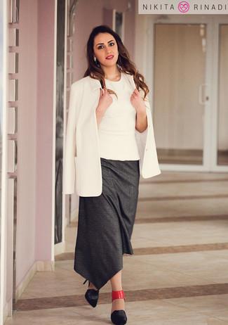 Cómo combinar: blazer blanco, blusa sin mangas blanca, falda midi en gris oscuro, zapatos de tacón de cuero negros