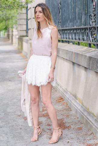 Look de moda: Blazer en beige, Blusa sin mangas rosada, Minifalda de encaje blanca, Sandalias de tacón de ante en beige