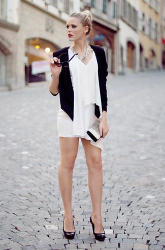 Cómo combinar: blazer negro, blusa sin mangas de gasa blanca, minifalda blanca, zapatos de tacón de cuero gruesos negros