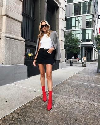 Cómo combinar: blazer gris, blusa sin mangas blanca, minifalda vaquera negra, botines de elástico rojos