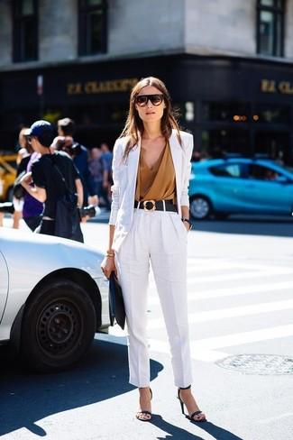 Cómo combinar: blazer de lino blanco, blusa sin mangas marrón claro, pantalón de pinzas de lino blanco, sandalias de tacón de cuero negras