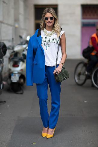 Intenta combinar un blazer azul junto a un pantalón de vestir azul de Marni para una apariencia fácil de vestir para todos los días. Un par de zapatos de tacón de cuero mostaza se integra perfectamente con diversos looks.