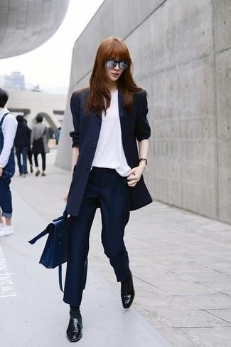Cómo combinar: blazer de rayas verticales azul marino, blusa sin mangas de seda blanca, pantalón de vestir de rayas verticales azul marino, mocasín de cuero negros