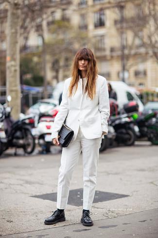 Cómo combinar: blazer blanco, blusa sin mangas en beige, pantalón de vestir blanco, zapatos derby de cuero negros