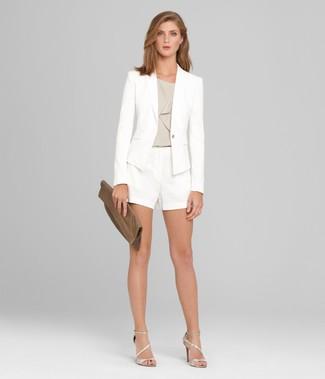 Cómo combinar: blazer blanco, blusa sin mangas gris, pantalones cortos blancos, sandalias de tacón de cuero plateadas