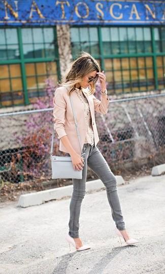 Cómo combinar: blazer en beige, blusa sin mangas de encaje en beige, vaqueros pitillo grises, zapatos de tacón de cuero blancos