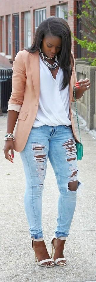 Cómo combinar: blazer rosado, blusa sin mangas de seda blanca, vaqueros pitillo desgastados celestes, sandalias de tacón de cuero blancas