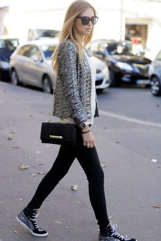 Cómo combinar: blazer de lentejuelas gris, blusa sin mangas de seda blanca, vaqueros pitillo negros, zapatillas altas negras
