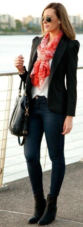 Cómo combinar: blazer negro, blusa sin mangas de seda blanca, vaqueros pitillo azul marino, botines de cuero negros