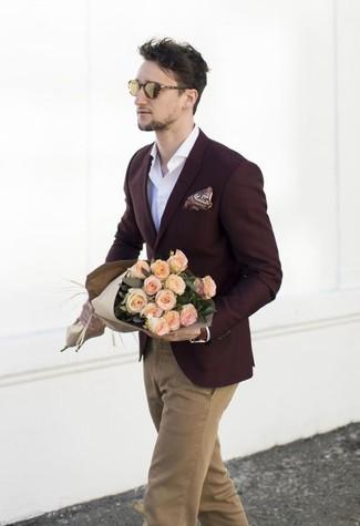 Cómo combinar: blazer burdeos, camisa de manga larga blanca, pantalón chino marrón claro, pañuelo de bolsillo de paisley burdeos