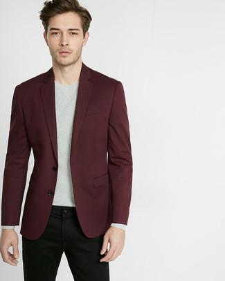 Cómo combinar: blazer burdeos, jersey con cuello circular gris, vaqueros negros