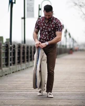 Cómo combinar: blazer en beige, camisa de manga corta estampada burdeos, pantalón chino en marrón oscuro, mocasín con borlas de ante en beige