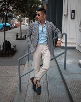Cómo combinar un pantalón chino en beige: Si buscas un look en tendencia pero clásico, considera emparejar un blazer de tartán gris junto a un pantalón chino en beige. Complementa tu atuendo con mocasín de ante azul marino para mostrar tu inteligencia sartorial.