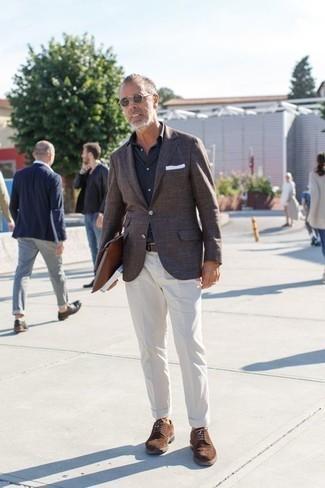Cómo combinar una camisa de manga corta negra: Para un atuendo que esté lleno de caracter y personalidad intenta combinar una camisa de manga corta negra con un pantalón chino blanco. ¿Te sientes valiente? Opta por un par de zapatos brogue de ante marrónes.