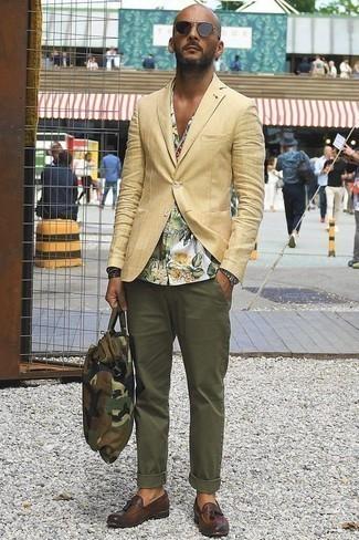 Outfits hombres: Elige un blazer marrón claro y un pantalón chino verde oliva para crear un estilo informal elegante. ¿Te sientes valiente? Opta por un par de mocasín con borlas de cuero marrón.