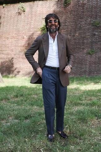 Cómo combinar un pañuelo de bolsillo estampado en marrón oscuro: Intenta ponerse un blazer en marrón oscuro y un pañuelo de bolsillo estampado en marrón oscuro para un look agradable de fin de semana. ¿Te sientes valiente? Elige un par de mocasín con borlas de cuero morado oscuro.
