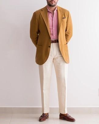 Cómo combinar un blazer en tabaco: Utiliza un blazer en tabaco y un pantalón de vestir en beige para un perfil clásico y refinado. Mocasín de cuero en marrón oscuro son una opción excelente para completar este atuendo.