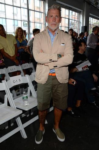 Look de Nick Wooster: Blazer de algodón en beige, Camisa de manga corta celeste, Pantalones cortos verde oliva, Zapatillas slip-on de cuero verde oliva