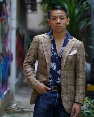 Cómo combinar: blazer de tartán marrón, camisa de manga corta estampada azul marino, vaqueros azul marino, pañuelo de bolsillo blanco
