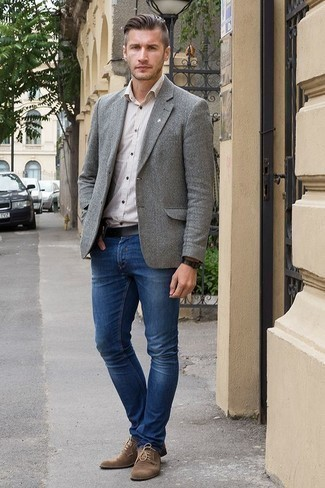 Cómo combinar un blazer de lana gris: Casa un blazer de lana gris con unos vaqueros azul marino para un lindo look para el trabajo. ¿Te sientes valiente? Opta por un par de zapatos derby de ante marrónes.