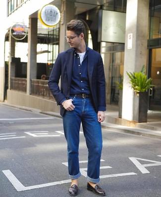 Cómo combinar: blazer azul marino, camisa de manga larga azul marino, camiseta con cuello circular blanca, vaqueros azules
