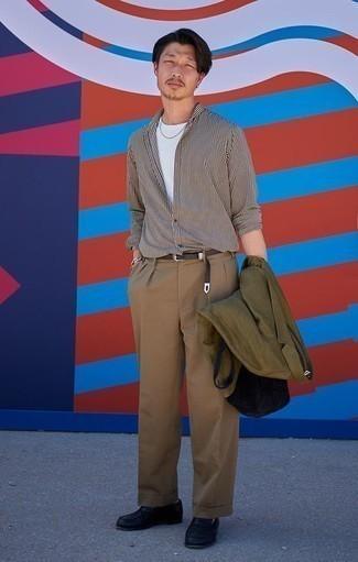 Cómo combinar un pantalón de vestir marrón claro: Intenta ponerse un blazer verde oliva y un pantalón de vestir marrón claro para rebosar clase y sofisticación. Mocasín de cuero negro son una opción grandiosa para complementar tu atuendo.