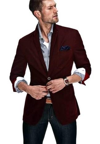 Cómo combinar: blazer burdeos, camisa de manga larga gris, camiseta con cuello en v blanca, vaqueros pitillo azul marino