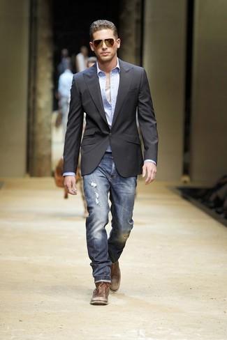 Cómo combinar: blazer en gris oscuro, camisa de manga larga celeste, camiseta sin mangas blanca, vaqueros desgastados azul marino